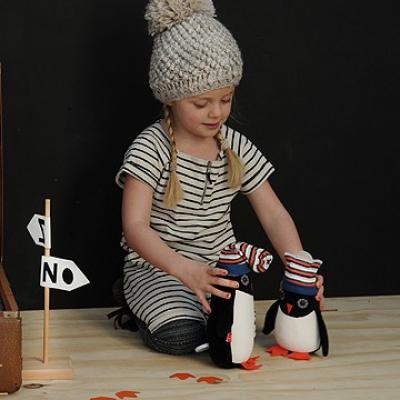 meisje met 2 knuffel pinguins esthex