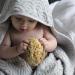 CamCam Copenhagen badcape grijs met baby en spons in haar handen