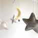 Muziekmobiel maan wolken grijs wit geel van Dodi for Kids